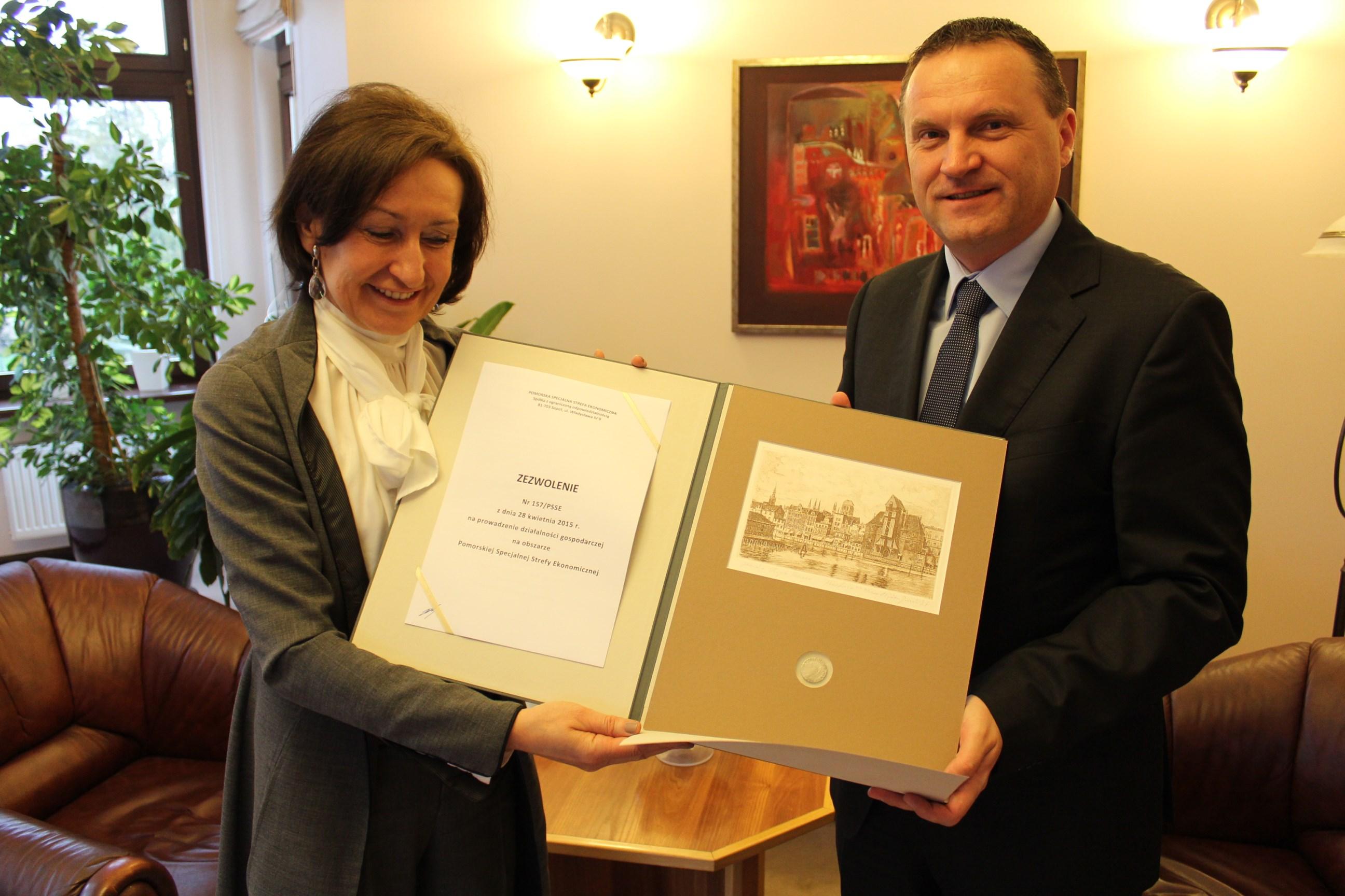 Teresa Kamińska, presidenta de Management Board Pomeranian Special Economic Zone y Witold Majgier, jefe de la planta de SP GROUP Polonia.