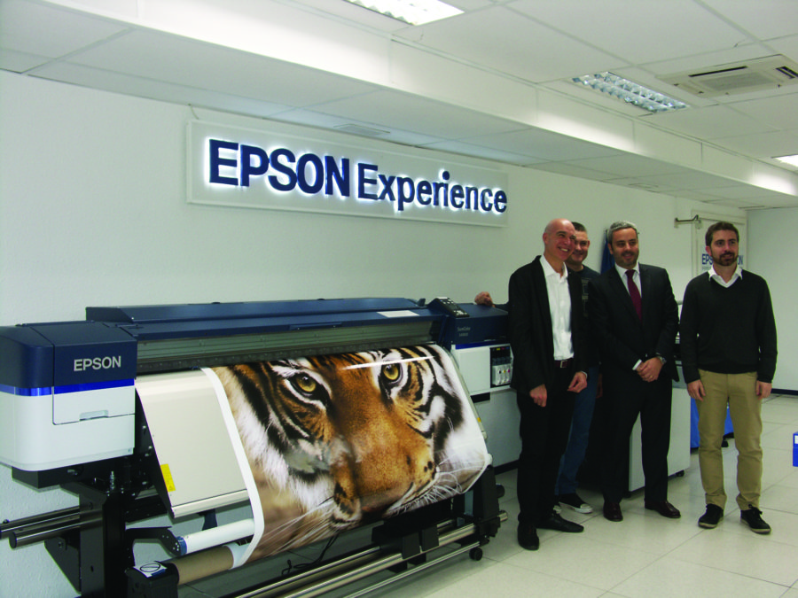 Magí Besolí, Product Manager de LFP, Óscar Visuña, director de la División Commercial and Industrial Printing, y Raúl Sanahuja, Press Relations Manager, de Epson Ibérica.