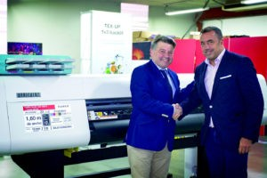 Poster&Panel firma un acuerdo de distribución con Fujifilm